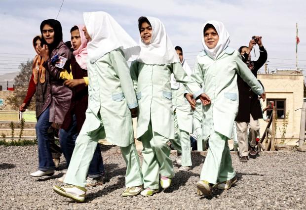 A chegada diária de alunos iranianos para a visita ao túmulo de Soltanieh, do séc. 14. A cerca de 100 km de Teerão.