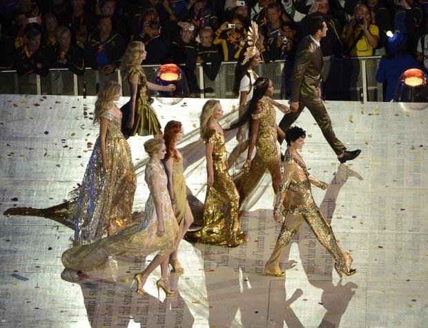 O desfile durou aproximadamente três minutos, a duração da música de David Bowie que serviu de banda sonora.