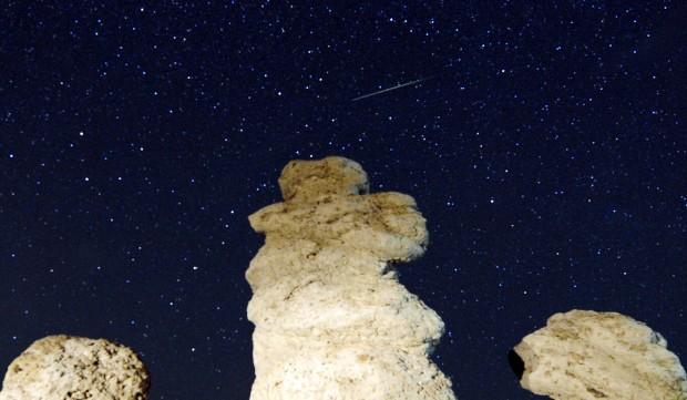 Um meteoro cruza o céu sobre Kuklici (Macedónia), zona célebre pelas centenas de rochas cujos recortes lhes parecem dar traços humanos. 13/08/2012