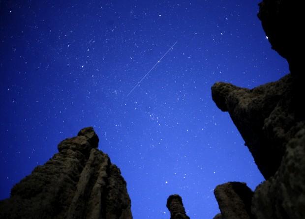 Um meteoro cruza o céu sobre Kuklici (Macedónia), zona célebre pelas centenas de rochas cujos recortes lhes parecem dar traços humanos. 13/08/2011