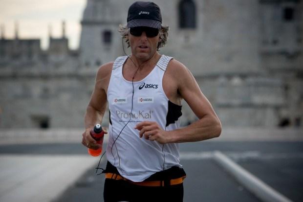 O maratonista Stefaan Engels mostrou em Lisboaque é adepto da música para correr.