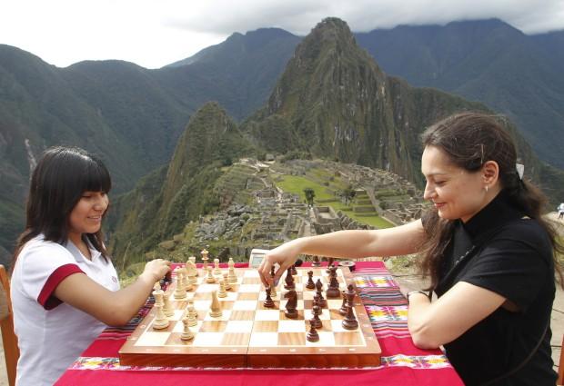 O jogo de xadrez de Machu Picchu. Uma imagem captada em 2012, durante uma exibição da campeã mundial russa Alexandra Kosteniuk aqui a jogar com uma jovem campeã peruana, Deysi Cori