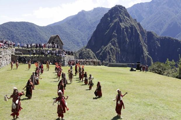 Artistas durante uma performance inca em 2011, aquando das celebrações dos 100 anos do achado das ruinas