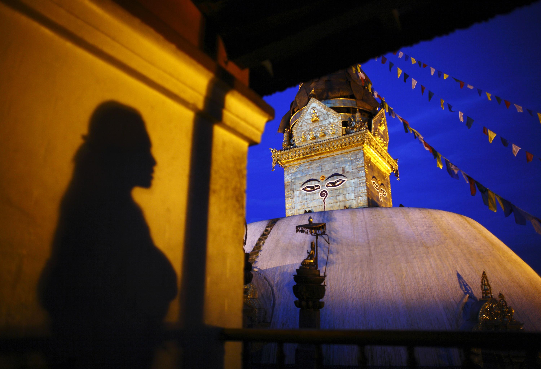 SINGAPURA, 24.08.2012. A sombra de uma mulher, que observa o complexo de templos Swayambhunath Stupa, na parede de um mosteiro em Kathmandu
