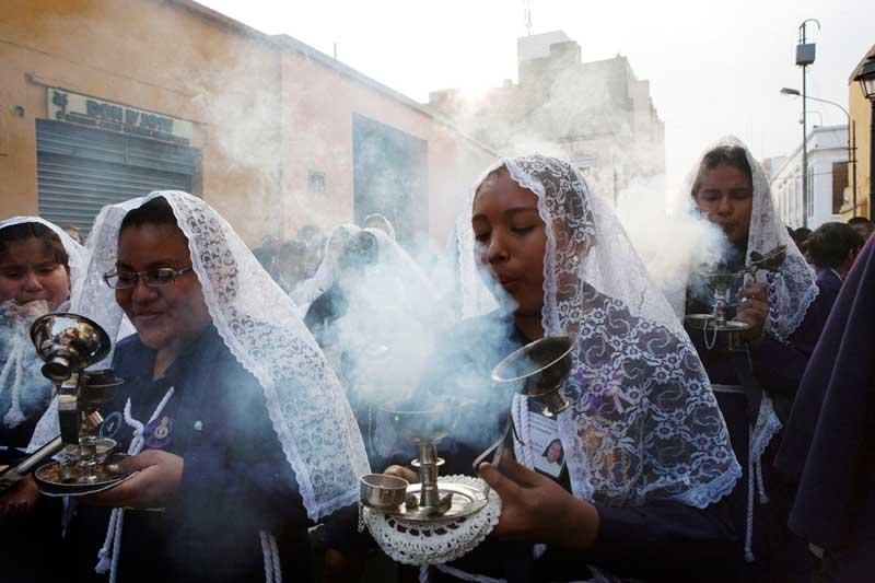 PERU, 02.09.2012. Durante uma procissão religiosa, a do Senhor dos Milagres, em Lima