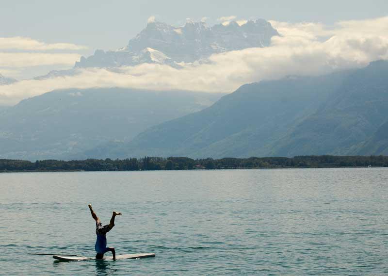 SUÍÇA, 02.09.2012.  No lago Léman em Montreux, durante um evento desportivo de beneficência da Waves for Development, que reúne contribuições financeiras para programas de educação de crianças no Peru