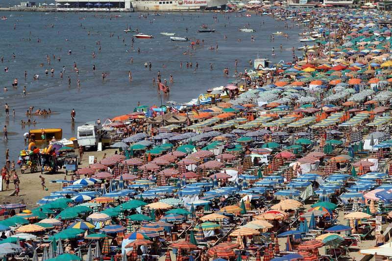ALBÂNIA, 03.09.2012. Onde está mesmo a praia?.... Hora de ponta numa pria de Durres, a 40km de Tirana