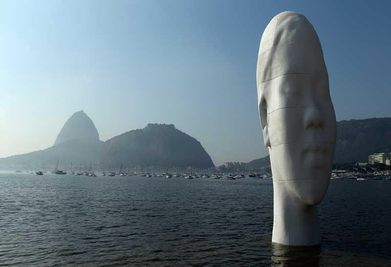 BRASIL, 03.09.2012. Na praia de Botafogo, uma escultura do espanhol Jaume Plensa,