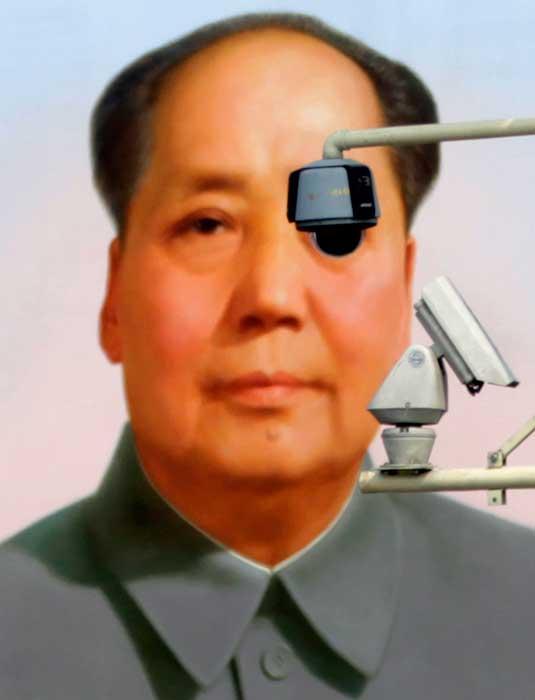 CHINA, 28. 08.2012. Câmaras de vigilância na praça de Tiananmen, em Pequim, à frente de um retrato de Mao
