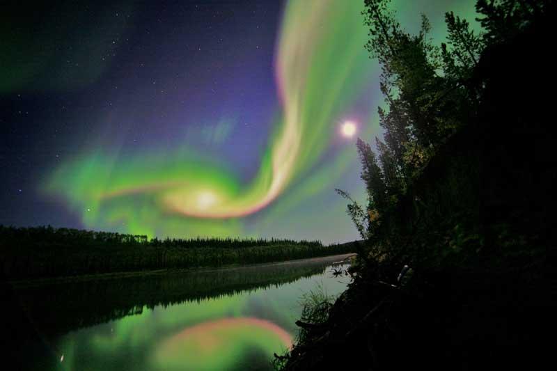 EUA, 03.09.2012. Uma aurora sobre Whitehorse, Yukon.