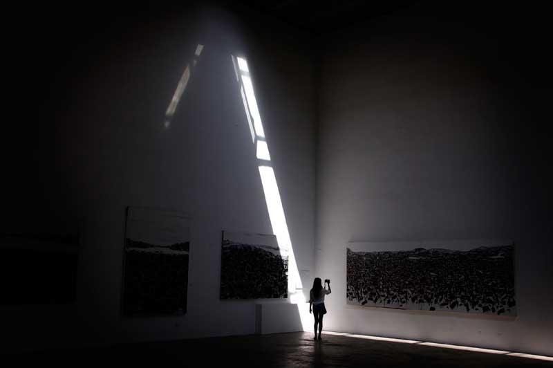 CHINA, 04.09.2012. A fotógrafa fotografada. Numa galeria de arte de Pequim, exposição de quadros de paisagens chinesas.
