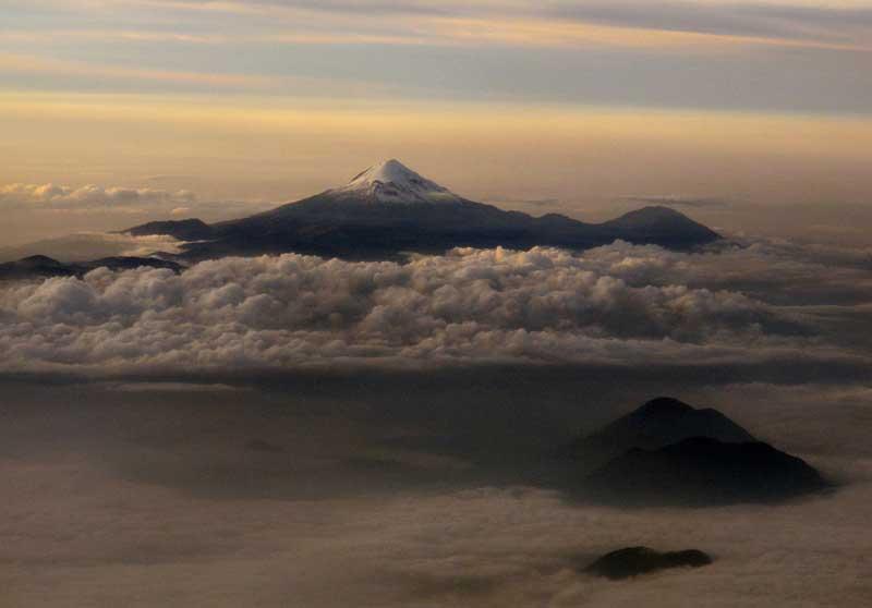MÉXICO, 08.09.2012. O vulcão Citlaltepetl (Pico de Orizaba) fotografado ao nascer do dia em Veracruz.