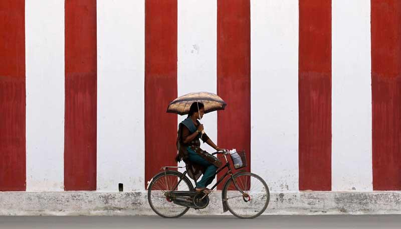 SRI LANKA, 10.09.2012. A pedalar numa rua de Jaffna