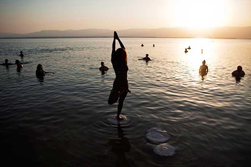Mar Morto, 14/09/2012. Um momento de yoga e paz, parte de um evento, que juntou centenas de pessoas, destinado a chamar a atenção para a necessidade de proteger este mar sofredor, em risco de desaparecer.