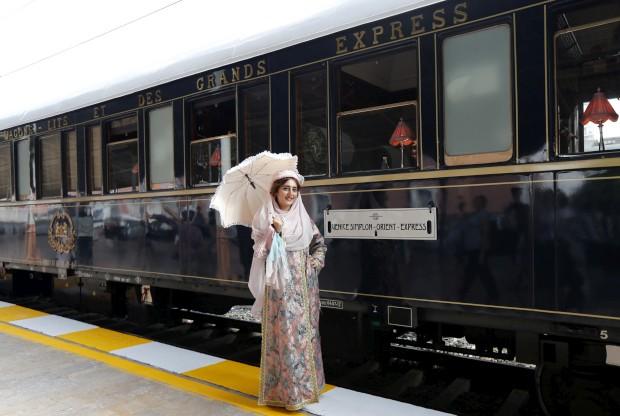 Uma assistente posa em trajes de época em Istambul
