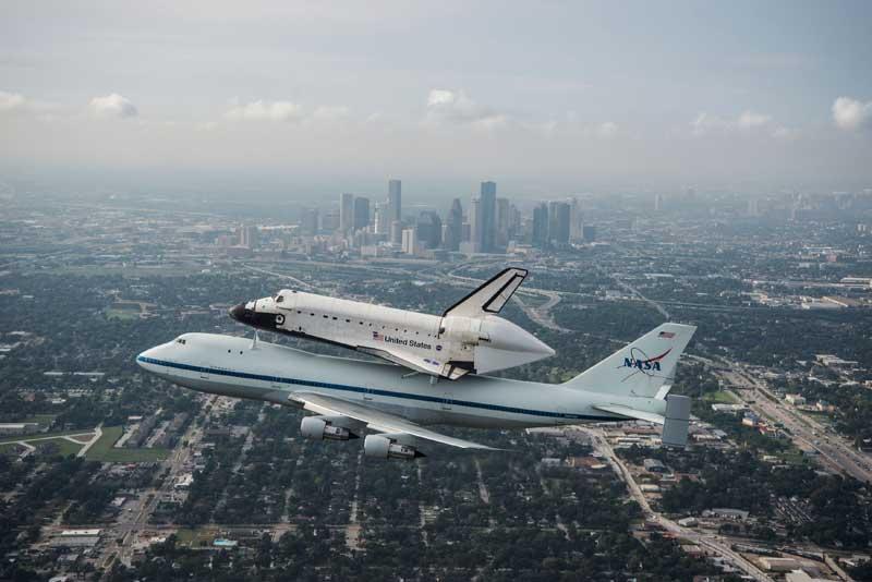 EUA, 19/09/2012. O vaivém espacial Endeavour faz o seu último voo, após 20 anos de viagens orbitais. Vai tornar-se peça de museu no California Science Center.
