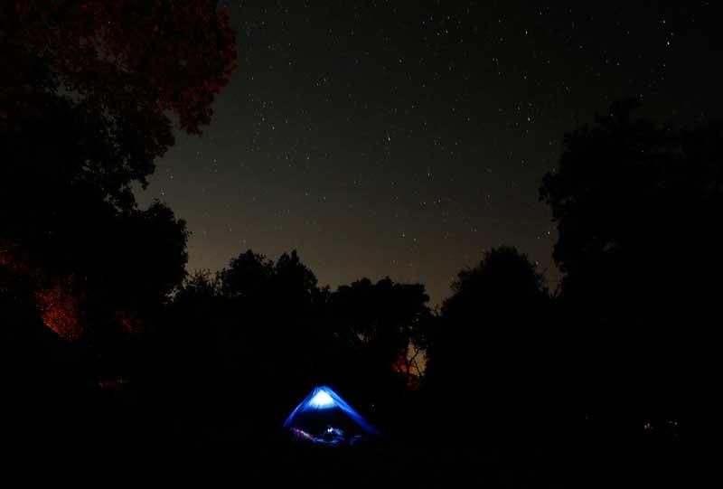 EUA, 21/09/2012. Tenda sob noite estrelada no sul da Califórnia, perto de Alpine