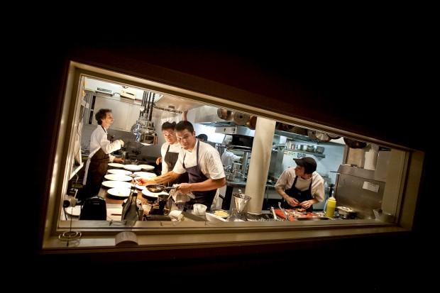 José Avillez com os irmãos brasileiros Thiago e Felipe Castanho na cozinha do Belcanto