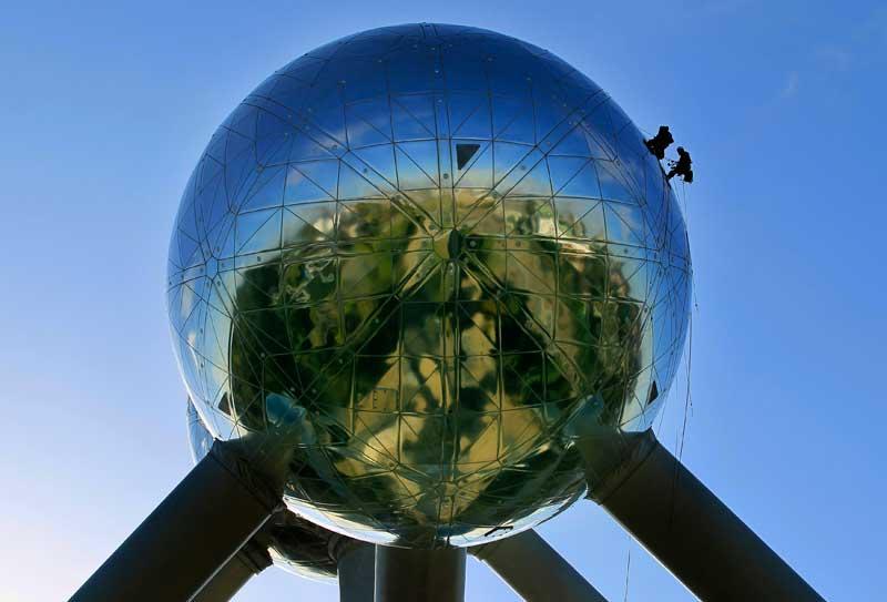 BELGICA, 28.09.2012. Trabalhadores a limpar uma das esferas do Atomium de Bruxelas