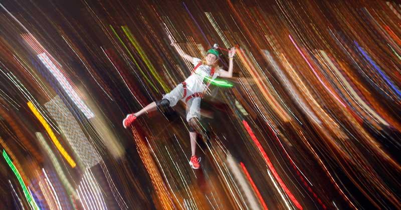 MALÁSIA, 28.09.2012. Contra as luzes de Kuala Lumpur, um dos saltos do Concurso Internacional de Saltos na capital malaia. O momento registado ocorreu um momento antes da abertura do pára-quedas...