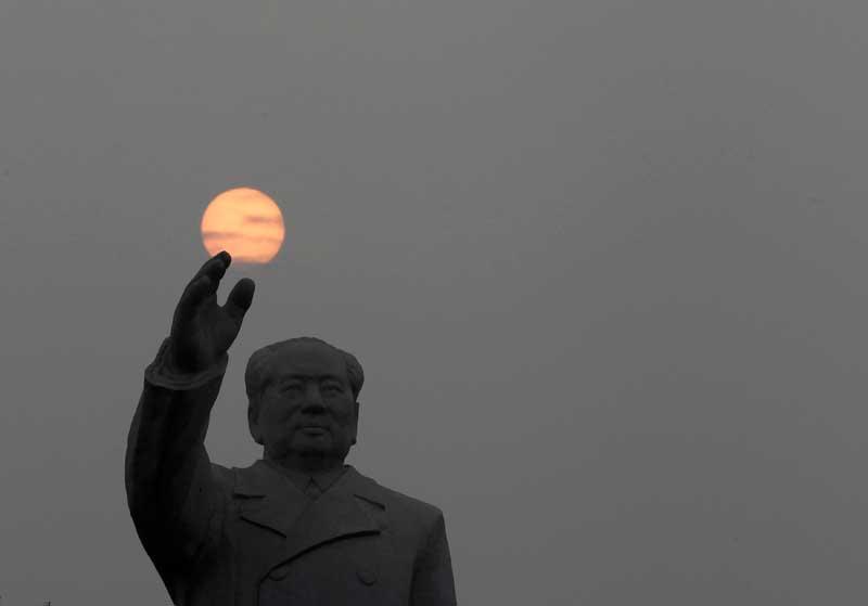 CHINA, 25.09.2012. Quase a agarrar a lua: Estátua do antigo líder comunista Mao Zedong na praça Dong Fang Hong em Nanjie (Luohe, Henan)