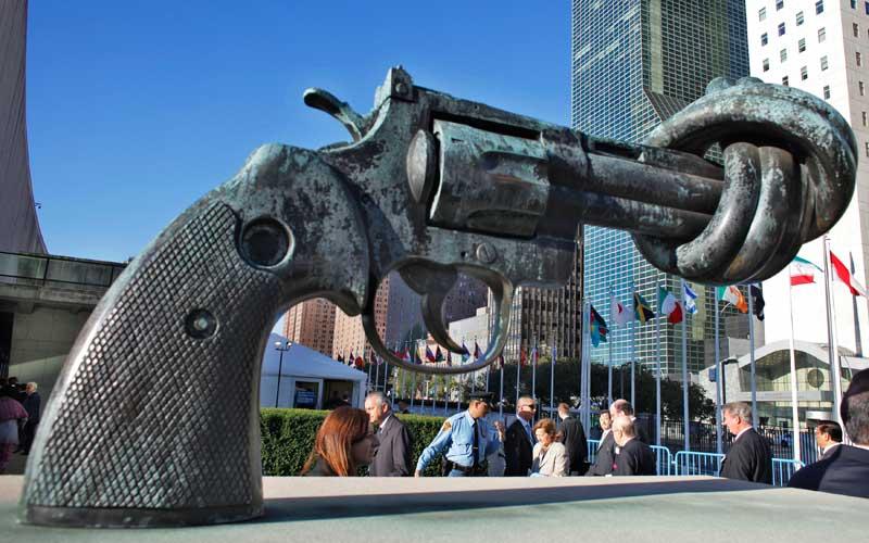 EUA, 25.09.2012. Escultura em frente das Nações Unidas em Nova Iorque