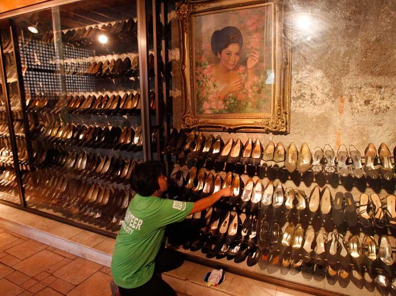 FILIPINAS, 26.09.2012. Uma voluntária limpa sapatos no Museu de Calçado de Marikina. O detalhe: é a secção de sapatos da antiga primeira-dama Imelda Marcos, célebre pela sua colecção de mais de 1200 pares de sapatos