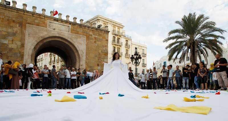 TUNÍSIA, 26.09.2012. Uma artista em gigantesco vestido branco, em Tunes. Os espectadores escreveram os seus desejos e esperanças no tecido. Parte de um festival artístico.