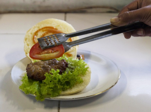 Poderia ser apenas mais um hambúrguer, não fosse a carne ser de cobra. Custa cerca de 1€. Num restaurante chinês em Yogyakarta, Indonésia