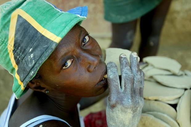 Instinto de sobrevivência:  Tartes de lama. Nas zonas pobres do Haiti comem-se estas tartes para fortalecer  o organismo.