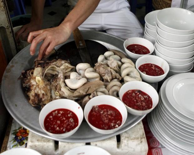 Este prato vai um pouco além da galinha à cabidela: tigelas de sangue cru e entranhas cozidas. Num   restaurante de Hanoi, Vietname. Pudim de carne de pato ou de sangue de porco também integram a ementa.