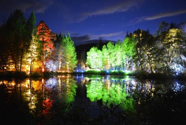 ESCÓCIA, 4.10.2012. Celebra-se o 10.º aniversário da Floresta Encantada com um festival de luz e som. Árvores iluminadas no lago Dunmore, nos bosques de Faskally (Pitlochry)