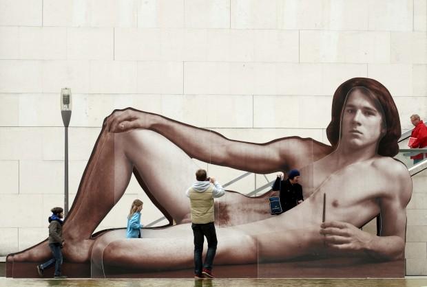 ÁUSTRIA, 9.10.2012. A admirar e fotografar uma obra em frente do Museu Leopold em Viena - faz referência à expo