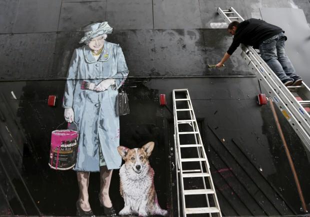 REINO UNIDO, 9.10.2012. A rainha em versão arte de rua em Londres