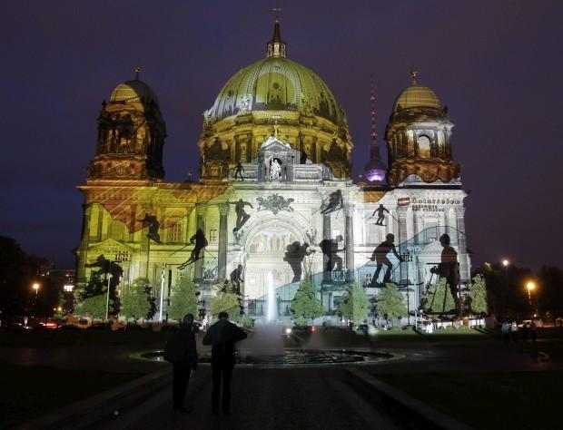ALEMANHA, 10.10.2012. Edifícios na praça de Gendarmenmarkt, em Berlim, iluminados para o Festival das Luzes (são iluminados, até 21 de Outubro, 68 construções iconográficas da capital alemã)