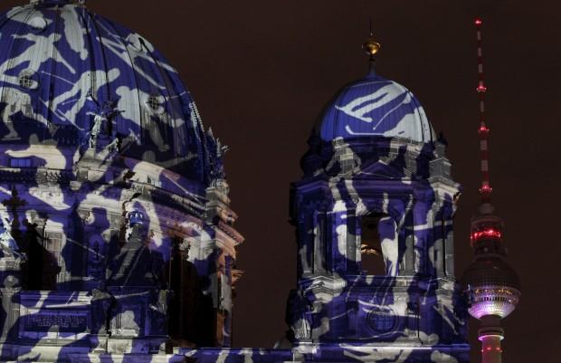 Detalhes iluminados da catedral e da torre de televisão