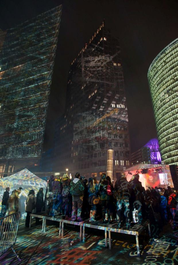 Espectadores observam o espectáculo das luzes na Potsdamer Platz