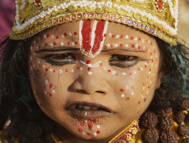 ÍNDIA, 16.10.2012. Uma rapariga vestida de deusa hindu, nas margens do Ganges, durante o festival Navratri em Allahabad, dedicado a homenagear diversas formas divinas da religião hindu