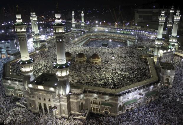 ARÁBIA SAUDITA, 21.10.2012. A grande peregrinação anual a Meca, com os devotos muçulmanos a circundarem a Kaaba e a rezarem na Grande Mesquita. .