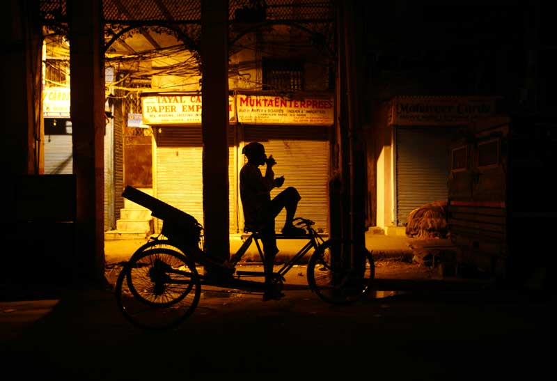 ÍNDIA, 22.10.2012. Aguardando clientes para o riquexó. Em Deli
