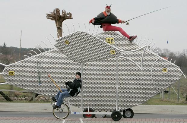 Obra do designer alemão de bicicletas Didi Senft, conhecido como El Diablo. É a bicicleta Klingelfisch (peixe sino), feita de mais de 10 mil chapas de campaínhas.