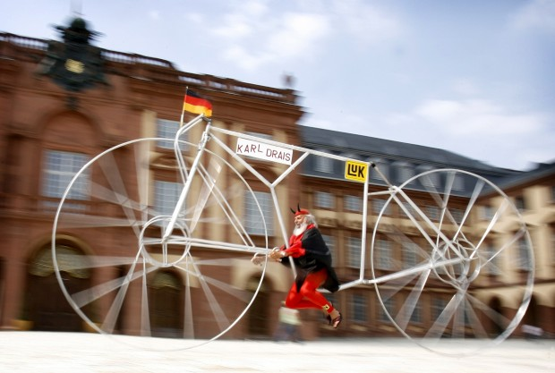 Outra invenção de Didi Senft: reinvenção de um velocípede para celebrar os quase dois séculos da invenção do primeiro pelo alemão Karl Drais em 1817. Feito com alumínio.