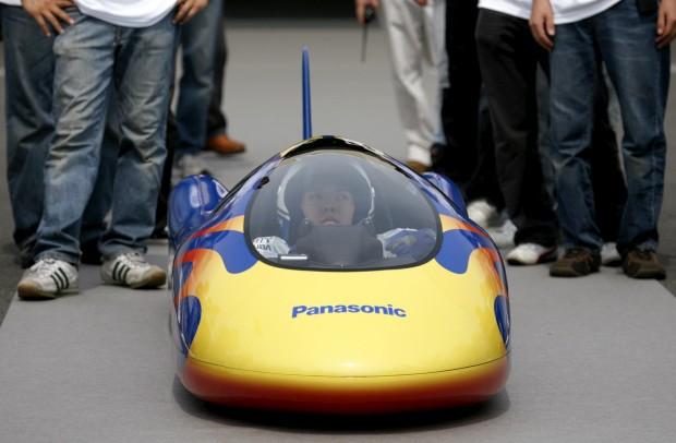 Takashi Sudo, um estudante de Osaca, Japão, num veículo alimentado a pilhas da Panasonic. Entrou para o Guinness como o carro mais rápido alimentado a pilhas. O percurso de 1km foi completado a 105.95 km/h