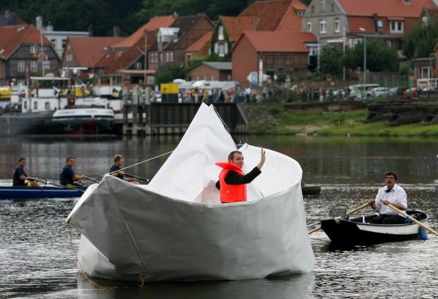 Um barco de papel em tamanho real feito pelo artista Frank Boelter. Na Alemanha
