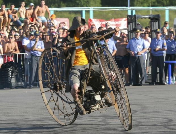 Na Bielorrússia, um homem guia a sua moto modificada.