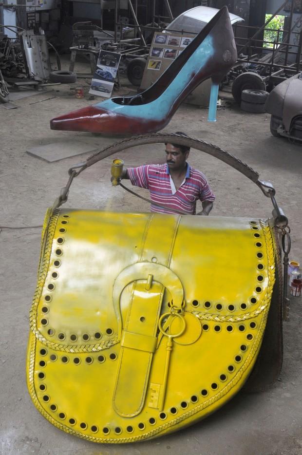 A preparar um carro-mala de senhora... Na Índia. O veículo tem três rodas e foi criado pelo designer indiano de automóveis Sudhakar Yadav. Faz parte de uma série de veículos que criou inspirados em itens femininos...
