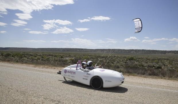 Um carro a energia eólica (usa baterias que se recarregam através de um moinho de vento). Viajou, em 2011, 5000km de Perth a Sydney, na Austrália.