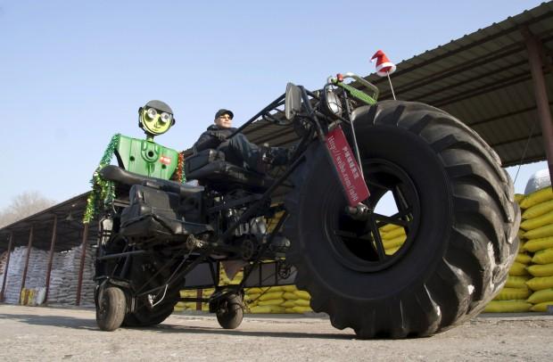 Na China, Zhang Yali testa uma bicicleta gigante que criou com um amigo: 3,2m de altura, 5,5m de comprimento, com três lugares. Pesa mais de uma tonelada. Yali diz que lhe custou cerca de 3000€. Demorou dois meses e foi um presente para o filho.