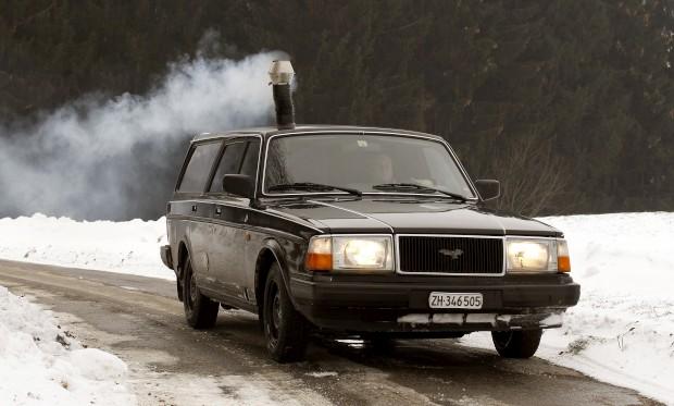 Sim, é fumo de lenha, de um fogão a lenha. É este o combustível desta invenção de Pascal Prokop, na Suíça, a partir de uma carrinha Volvo 240 de 1990. O carro foi autorizado pelas autoridades suíças.