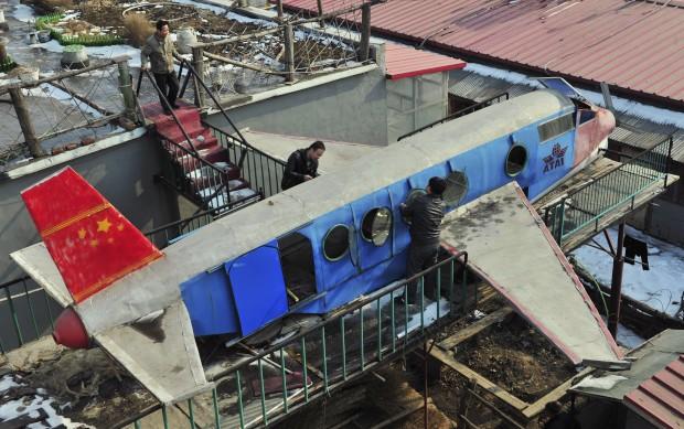 Na China, o agricultor Li Jingchun gere a construção do avião que ele próprio criou, no topo da sua casa. Tem 5m de comprimento e foi feito de peças recicladas. O trabalho demorou dois anos e o custo final chegou a cerca de 6000€